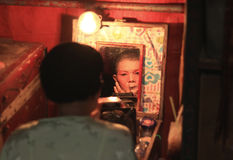 Aktrins förbereder sig för kinesisk opera Den kinesiska operan är en forntida drama i musikalisk väg på Oktober Arkivfoto