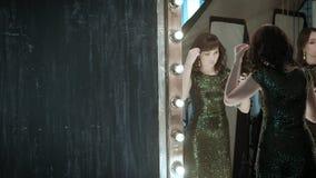 Aktris framme av en spegel stock video