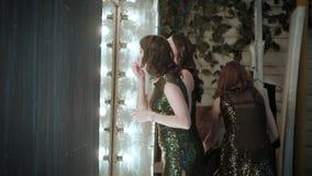 Aktris framme av en spegel arkivfilmer