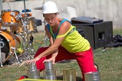 Aktris som leker med tins Royaltyfri Foto