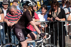 Aktris som rider en cykel. Royaltyfria Bilder