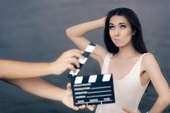 Aktris som tänker om den nästa linjen under filmfors Royaltyfri Fotografi