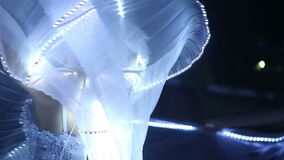 Aktrisflicka i vit stock video
