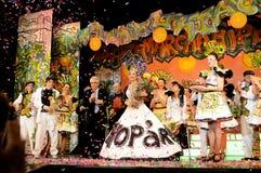 Aktrisinnehavet blommar på etappen, skådespelare, teaterinre, musikalisk lek - Hip Hop royaltyfri fotografi