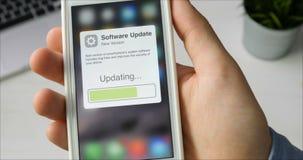 Aktualisierung der SmartphoneSystemsoftware stock footage