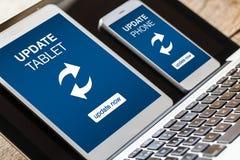 Aktualisierungsmitteilungen in der Tablette und im Smartphone Stockbilder