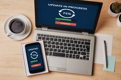 Aktualizaci pojęcie na laptopu i smartphone ekranie Obraz Stock