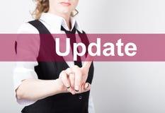Aktualizacja pisać na wirtualnym ekranie Technologii, interneta i networking pojęcie, kobieta w koszula czarnych biznesowych pras Obrazy Royalty Free