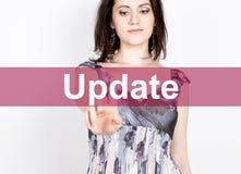 Aktualizacja pisać na wirtualnym ekranie Technologii, interneta i networking pojęcie, kobieta w koszula czarnych biznesowych pras Obrazy Stock