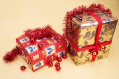 aktuell weihnachtsgeschenke för jul Arkivfoton