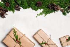 aktuell weihnachtspakete för jul Packar som slås in i kraft papper som binds med jute royaltyfri fotografi