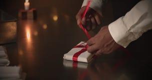 aktuellt begrepp Choklad som en gåva, gåvor, röd pilbåge i choklad arkivfilmer