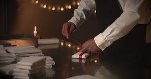 aktuellt begrepp Choklad som en gåva, gåvor, röd pilbåge i choklad lager videofilmer