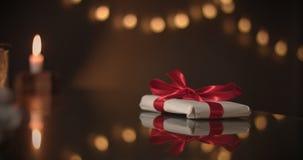 aktuellt begrepp Choklad som en gåva, gåvor, röd pilbåge i choklad stock video