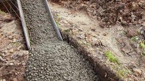 Aktuellt cement som fyller fundamentet av ett bostads- hus arkivfilmer