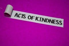 Akty dobroć tekst, inspiracja i pozytywów klimatów pojęcie na purpura drzejącym papierze, zdjęcie stock