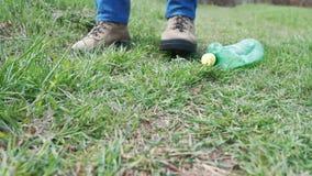 Aktywista podnosi w górę plastikowej butelki Ochotniczy czyści śmieci w parku Zwolnione tempo strzał zdjęcie wideo