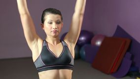 Aktywna brunetka robi obciążającym kucnięciom w gym, kobieta pracuje mocno być dysponowany zdjęcie wideo
