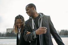 Aktywna czarna para Szczęśliwy amerykanin afrykańskiego pochodzenia zdjęcia royalty free