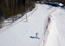 Aktywna czasu wolnego i zimy rozrywka Narciarki i snowboarders zdjęcie stock