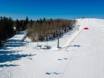 Aktywna czasu wolnego i zimy rozrywka Narciarki i snowboarders obrazy stock