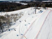 Aktywna czasu wolnego i zimy rozrywka Narciarki i snowboarders zdjęcia stock