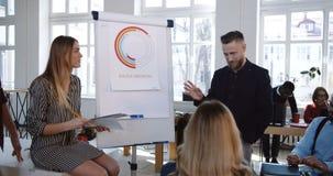 Aktywna dyskusja przy modnego loft biurowym biznesowym konwersatorium, szczęśliwy różnorodny ono uśmiecha się współpracuje brains zdjęcie wideo