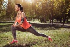 Aktywna dziewczyna robi jej szkoleniu w parku Zdjęcie Stock