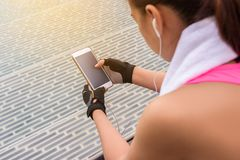 Aktywna dziewczyna używa smartphone w sprawności fizycznej Obok pływackiego basenu Fotografia Royalty Free