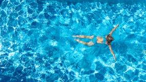 Aktywna dziewczyna w basenu trutnia powietrznym widoku z góry, młoda kobieta pływa w błękitne wody, tropikalny wakacje, wakacje n zdjęcia stock