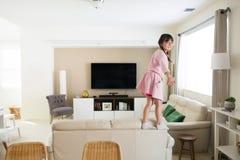 Aktywna dziewczyna w domu zdjęcia royalty free
