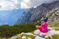 Aktywna kobieta ćwiczy w naturze nad piękna dolina zdjęcia stock