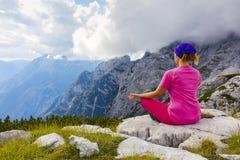 Aktywna kobieta ćwiczy w naturze nad piękna dolina fotografia stock