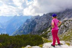 Aktywna kobieta ćwiczy w naturze nad piękna dolina obraz royalty free