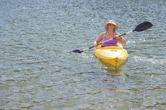 Aktywna kobieta Kayaking na Pięknym Halnym jeziorze Fotografia Stock