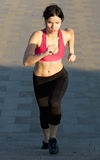 Aktywna młoda kobieta biega na piętrze Fotografia Stock