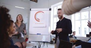 Aktywna skoczna dyskusja przy loft biurowym biznesowym konwersatorium, szczęśliwy różnorodny ono uśmiecha się współpracuje brains zdjęcie wideo