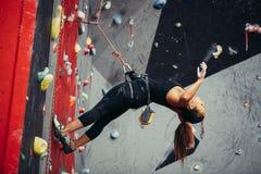 Aktywna szczęśliwa kobieta nadwiesi na balansowanie na linie w stażowym pięcia centrum Zdjęcie Royalty Free