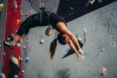 Aktywna szczęśliwa kobieta nadwiesi na balansowanie na linie w stażowym pięcia centrum Zdjęcie Stock