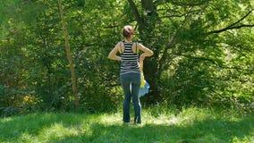 Aktywna Szczęśliwa rodzina Cieszy się Pogodnego Ciepłego dzień w parku Wpólnie Młoda brunetka Macierzysta Wirujący jej córki woko zbiory