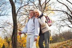 Aktywna w średnim wieku para wycieczkuje outdoors Zdjęcia Stock