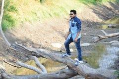Aktywna zdrowa chłopiec wycieczkuje w pięknym lesie zdjęcia royalty free