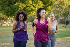 Aktywne curvy kobiety jogging fotografia stock