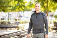 Aktywnego dojrzały mężczyzna przed ćwiczeniem w mieście zdjęcie royalty free
