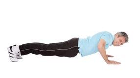 Aktywnego dojrzały mężczyzna robi pushups zdjęcia royalty free