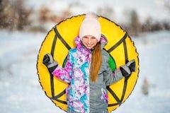 Aktywnego dziewczyny mienia śnieżny tubing Fotografia Royalty Free