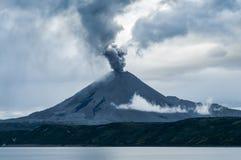 Aktywnego wulkanu podmuchowi popióły Obrazy Royalty Free