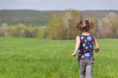aktywnej dziecka pola zabawy zieleni szczęśliwy mieć Zdjęcia Stock