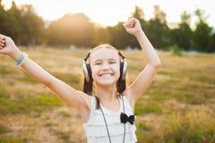Aktywnej dziewczyny słuchająca muzyka i taniec Fotografia Royalty Free