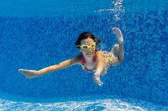 aktywnej dziewczyny szczęśliwy basen pływa underwater Obrazy Stock